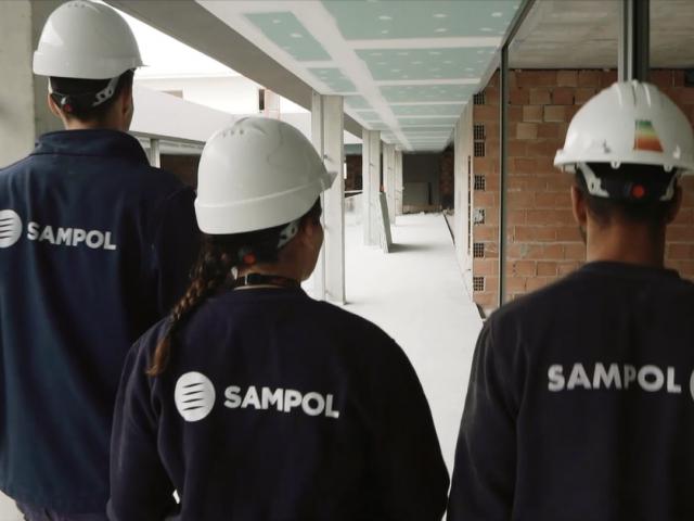 Trabajadores Sampol caminando por un pasillo